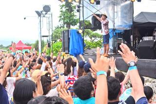 フサキリゾートヴィレッジ特設ステージで行われたトロピカルラヴァーズビーチフェスタ2014=15日午後、石垣市新川