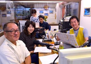 メーンパーソナリティーに岸田敏志さん(右)を迎えて行われた「アフタヌーンパラダイス」の公開生放送=16日午後、FMいしがきサンサンラジオ・サテライトスタジオ