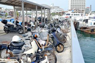駐輪場が満車状態となり、岸壁への駐輪が常態化している石垣港離島ターミナル周辺=6日午後
