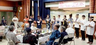 地域のお父さんたちを歓待した祖納婦人会の会員ら=15日、祖納公民館