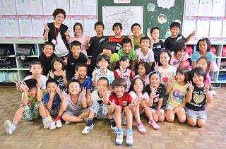 米国から訪れ、登野城小学校の2年3組で授業を体験しているジェームス・タケシ・オソリオ君(前列中央)=18日午後、同校
