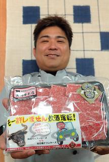 美崎牛本店が飲酒運転根絶PR用に作った「モー許しません飲酒運転」のシール。ステーキパックなどに張って注意を喚起する