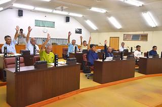 川満栄長町長への辞職勧告決議を賛成多数で可決した町議会最終本会議=20日夜、議場