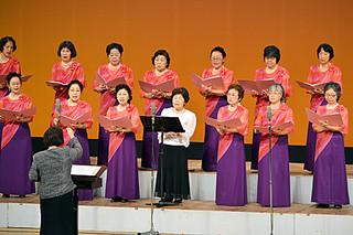 「琉球木遣歌」で美しいハーモニーを奏でた石垣混声合唱団=21日午後、市民会館大ホール