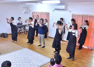 音楽やダンスでの音楽療法を紹介した児童発達支援事業所ぴっころ(同事業所提供写真)