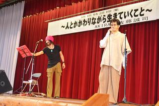 人との出会いの大切さを訴えたAKIRAさん(左)と佐藤誠司さん=25日午後、石垣第二中学校