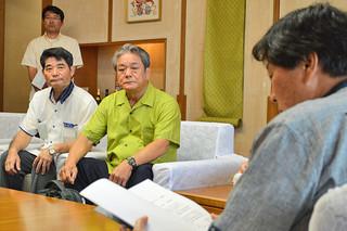 県にRACの機材更新計画への支援を要請した与那国町の外間守吉町長(中)=27日、県庁