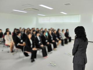 2013年4月1日の入社式に臨む従業員ら。その後、多くが継続雇用されなかった。(写真は一部加工)