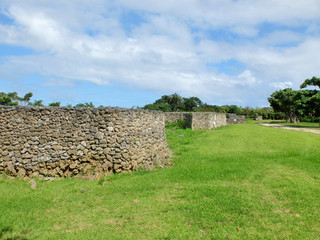 復元された石塁。屋敷囲いとしての要素が強いと言われている=20日、フルスト原遺跡