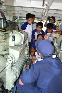 石垣中学校の職場体験学習で、巡視艇「あだん」のエンジン室で説明を聞く生徒たち=2日午後