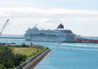 石垣港に寄港するクルーズ船。新港地区で新たな旅客船ターミナル整備が進められる=3日