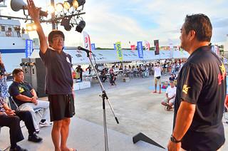 与那国島国際カジキ釣り大会の開会式で選手宣誓する岡田功さん=4日夕、久部良漁港特設会場