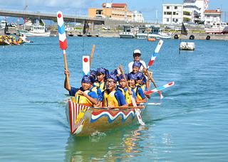 ハーリー体験で見事なカイさばきをみせた八島小児童ら=4日午前、登野城漁港