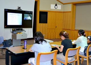 フルマラソン完走に向けてのトレーニング法などを説明した琉大サテライトキャンパスの市民ランナーのためのランニング科学講座=4日夜、市立図書館視聴覚室