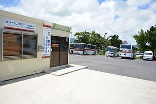 路線バス事業に新規参入する予定のカリー観光バス=4日午後、石垣市大浜の石垣営業所