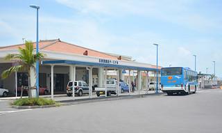 混雑解消が問題となっている離島ターミナルバス停留所=10日午後、離島ターミナル