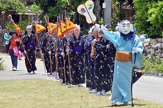 鳩間島の豊年祭で厳かに登場したミルク=12日午後、桟敷
