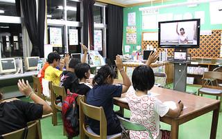 県のICT利活用による離島学力向上支援実証事業で行われたデモ授業=14日、波照間小中学校