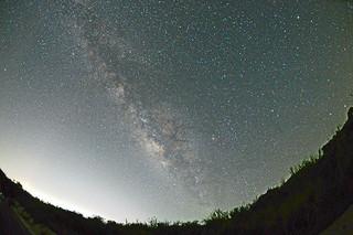 前勢岳南の県道沿いから撮影した星空。天の川がくっきりみえる(石垣島天文台提供)
