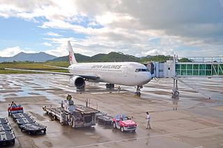 石垣—羽田間で初めて就航したJTAの中型機、ボーイング767—300=18日午後、南ぬ島石垣空港