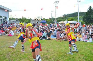 集落内外から多くの観客が詰めかけた星野夏祭り。子どもたちが元気にエイサーを披露した=19日夕、星野公民館
