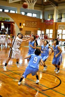 6年ぶりに石垣市で開幕した県中学校バスケットボール大会=21日午後、石垣第二中学校体育館