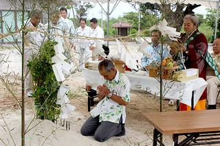 高齢者施設「竹富ゆくい処」の起工式=22日午後、同建設地(町役場提供)
