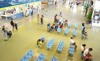 台風の影響による欠航便で閑散とした離島ターミナル=23日午前