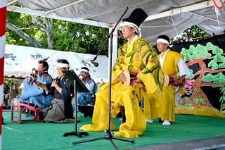 登野城の豊年祭オンプールで披露された「大胴小胴と太鼓の段のもの」=21日午後、天川御嶽