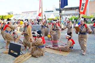 真栄里公民館の豊年祭オンプールで「稲しり節」を奉納する真栄里婦人会の人たち=25日夕、安居御嶽