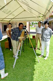 八重山農林高校の中学校教員向けの体験講座で、水準測量に挑戦する教員ら=25日午後、同校語らいの広場
