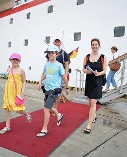 増加傾向にある外国人観光客。石垣市が受け入れ態勢を強化していく方針だ=2月3日、石垣港