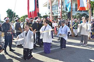 神司が世願いと巻踊りを奉納した平得公民館のムラプール=26日夕、大阿母御嶽前