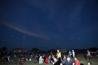 満天の星が浮かび上がった黒島の夜空=26日夜、黒島多目的広場