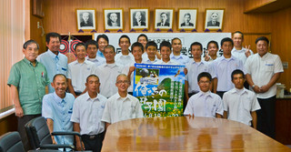 「離島甲子園」に出場する中学生たち=28日午後、市役所庁議室