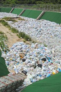 一般廃棄物を埋設処理している最終処分場=2008年、与那国町