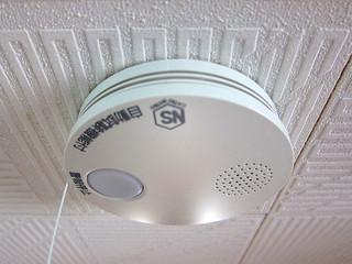 万一の際、煙を感知して火災発生を知らせる住宅用火災警報器=30日、市内の民家