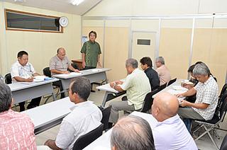 12陣営から22人が参加した竹富町議会議員選挙立候補届け出等説明会=7月31日午後、町役場委員会室