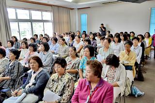 100人以上が来場したスマムニ継承の講演会=3日午後、大浜信泉記念館