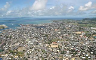 耐震性なしと判断される鉄筋コンクリートの民間住宅は3402棟あると推測されており、石垣市が耐震化補助事業を実施している=2009年7月(資料写真)