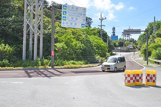 レンタカーの事故が目立つ船浦港前の急カーブ=5日午後、県道白浜南風見線