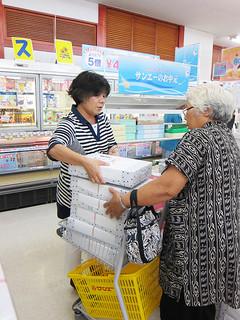中元の商品を買い求める買い物客=5日午後、サンエー石垣シティ