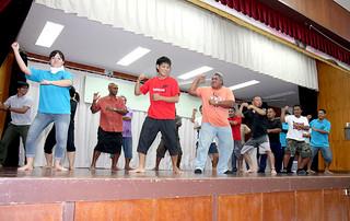 ニュージーランドマオリのダンス「ハカ」をともに踊り、交流を深めたJICAの研修員と大川青年会のメンバーら=6日夜、大川公民館
