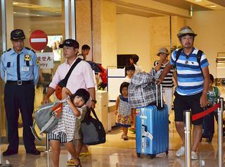 旧盆を実家で過ごそうと南ぬ島石垣空港に到着した帰省客ら=7日午後、空港到着ロビー