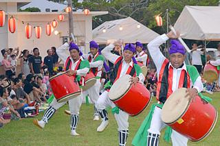 明石エイサー祭りで、伝統のエイサーを踊る住民ら=9日午後7時25分ごろ、明石公民館前広場