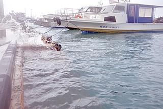 大潮による潮位上昇で海面と護岸が同じ高さになり、波しぶきが上がった=12日午前、浜崎マリーナ