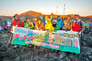 八重山JCの人財育成委員会の「チャレンジ富士登山!」で登頂に成功した参加者ら=8月6日午前4時40分すぎ、富士山頂(八重山青年会議所提供)
