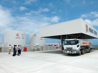 南ぬ島石垣空港に、整備されたジェット燃料タンク(左)と充填所。8月1日から稼働している=13日午後、㈱りゅうせき石垣空港事務所内
