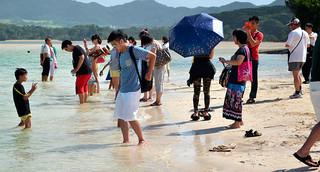 多くの観光客でにぎわいをみせている川平湾=14日午後