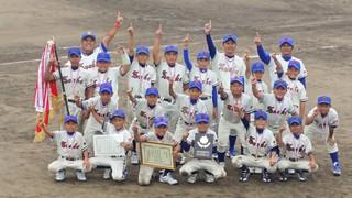 第22回九州選抜学童軟式野球大会で初優勝を飾った少年スネーク=25日午後、的場池球場(同チーム提供)